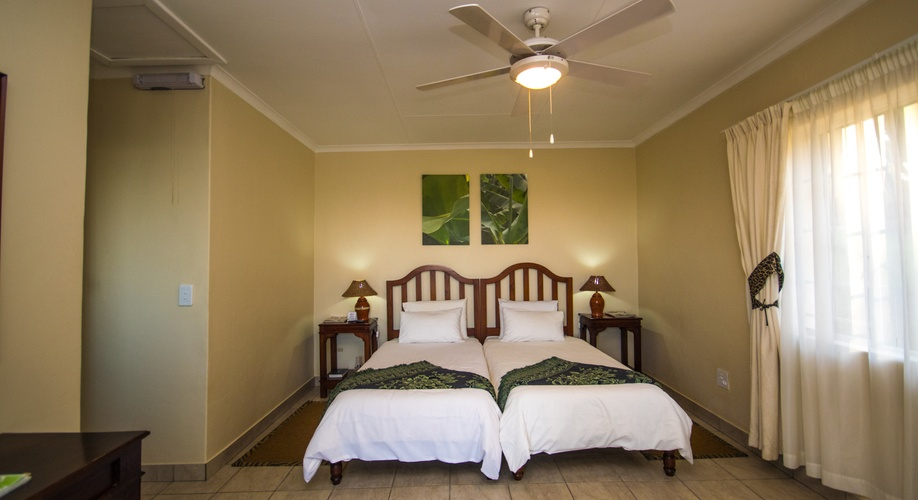 Twin en_suite_room_Nabana_Lodge_ Hazyview_affordable_accommodation